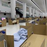 成田空港の様子。海外からの帰国者はダンボールベッドで対応している。