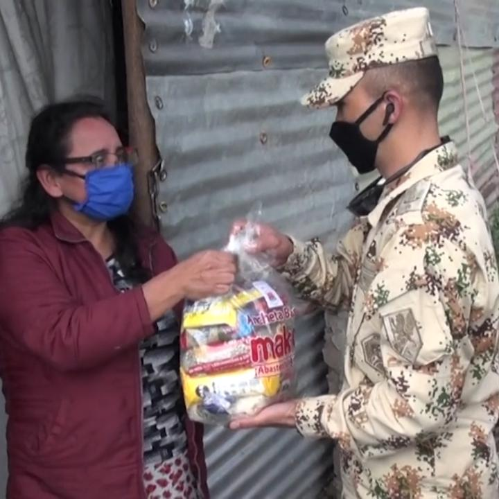 Watch: Colombian soldiers deliver 1,000 bags of provisions to residents in impoverished areas in Southern Bogotá. The country is under mandatory lockdown to fight the spread of the coronaviruspic.twitter.com/oyY0YmqFMe
