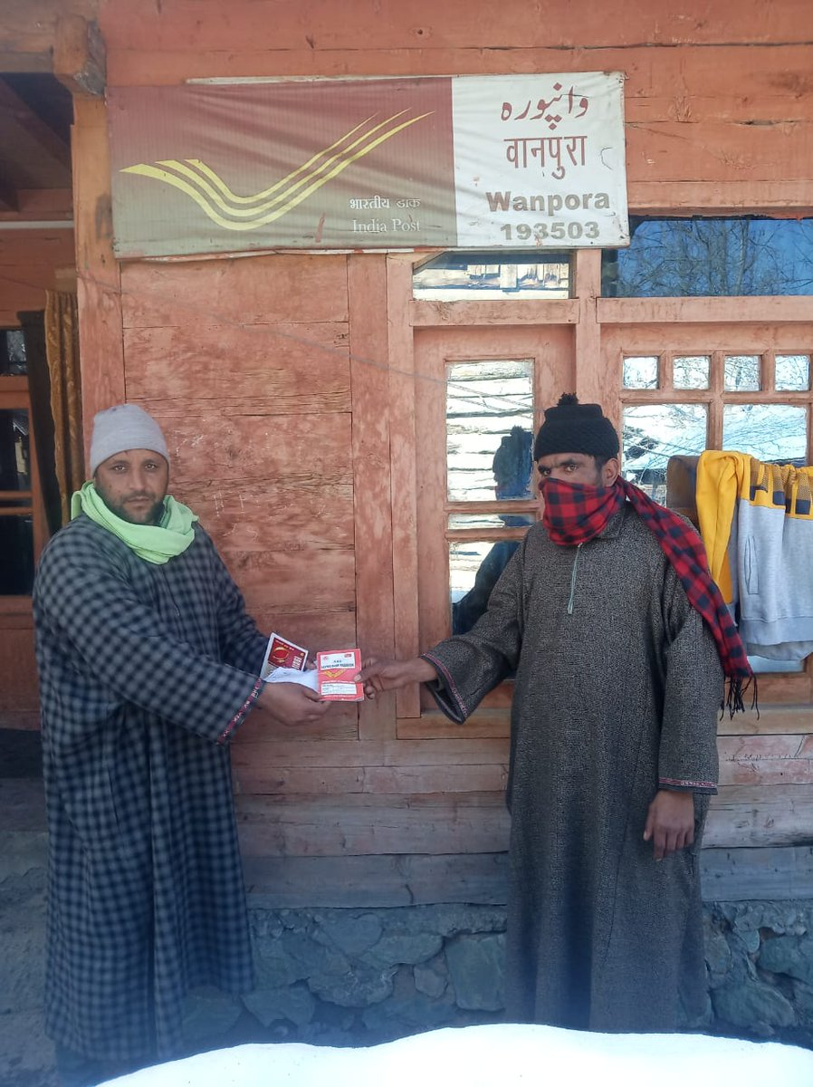India Post is delivering services to the people living in far flung areas near LOC.  Baramulla Postal Division is enabling withdrawals from Post Office Savings Bank to the needy during this #21daysLockdown period. #IndiaFightsCorona pic.twitter.com/feJIZjegWf