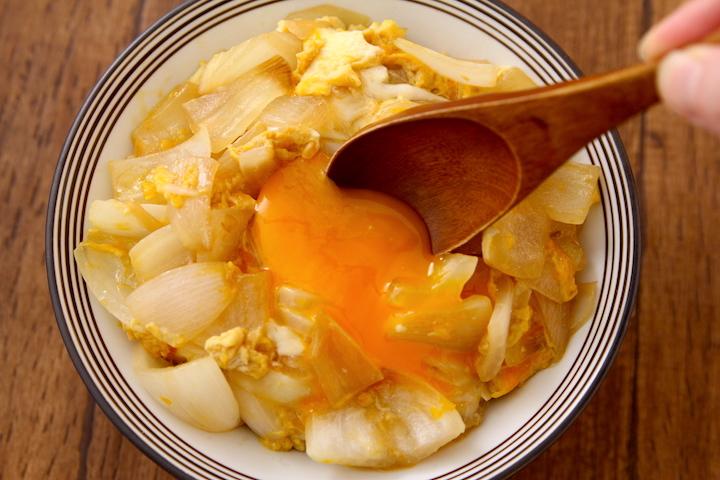 【食事で免疫力UPをサポート(6)】新玉は麺つゆで煮て卵でとじると最高すぎる。これ想像の100倍おいしいです…新玉1個一口大に切りごま油で中火で炒め、水80ml、3倍濃縮麺つゆ大1で3分煮て溶き卵1個でとじる。ご飯にのせ麺つゆちょいかける。お好みで卵黄のせると更に最高#コロナを終わらせよう