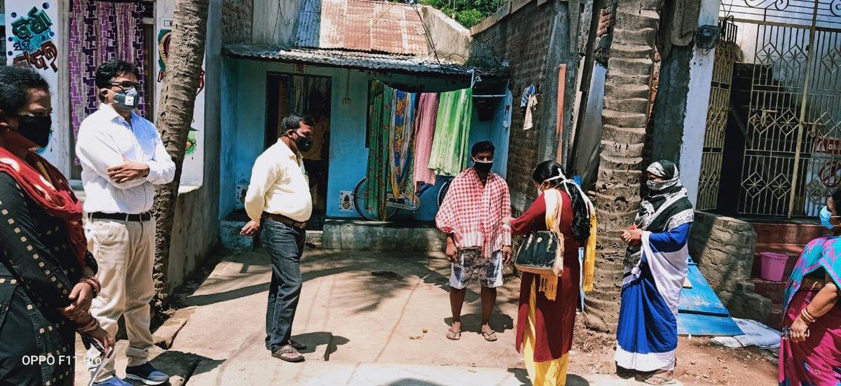 Door to door health screening is going on in Ganjam District from today. Sub-Collector, Chatrapur monitoring the activity in Khallikote and Beguniapada Block.  #COVID19 @Ganjam_Adminpic.twitter.com/lBvVdAUtMd