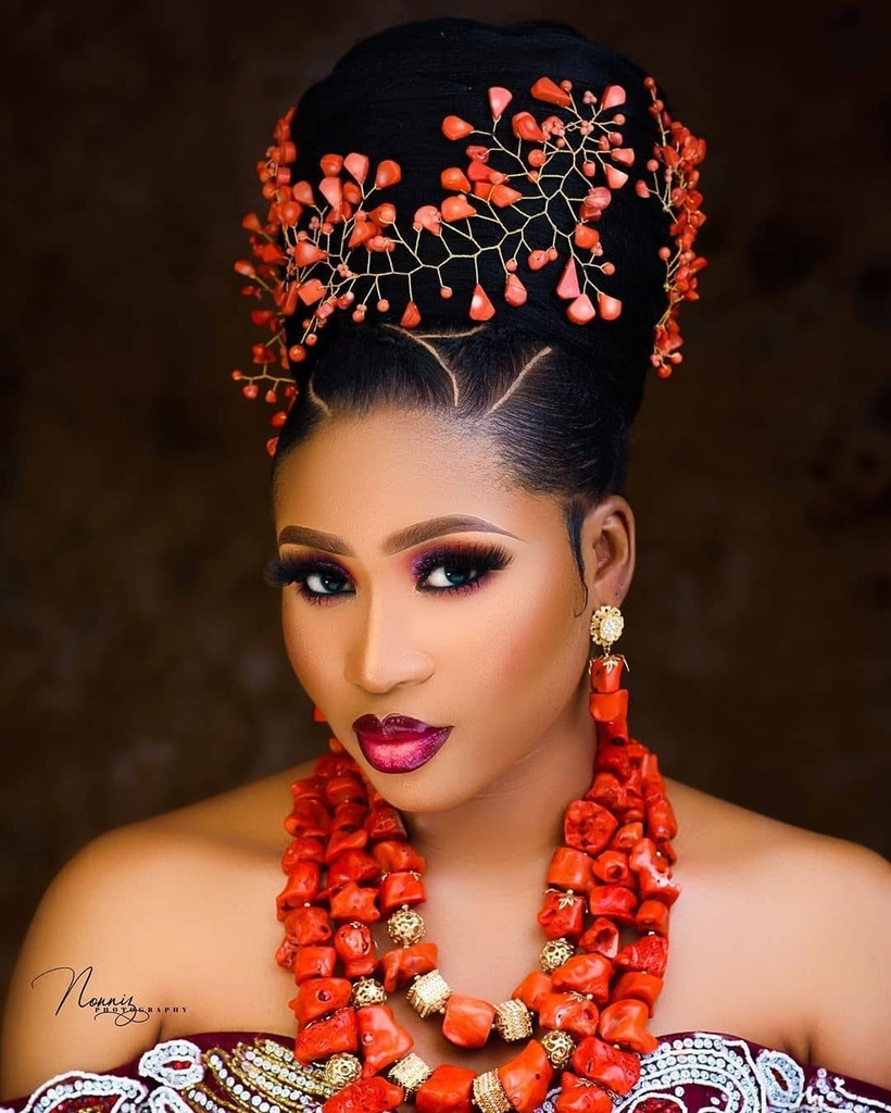 Here's how to Slay your Igbo Traditional Wedding Look  See more on https://ift.tt/2Ro5upW or link in bio.  Makeup:@beautybyammydoll Hairstyling:@hairbygucchie Beads:@tophertonyjewelry Belle:@queendanielle_ify Photography:@nonniz_photography #BellaNaijaWeddings pic.twitter.com/vbG5uHs3iR