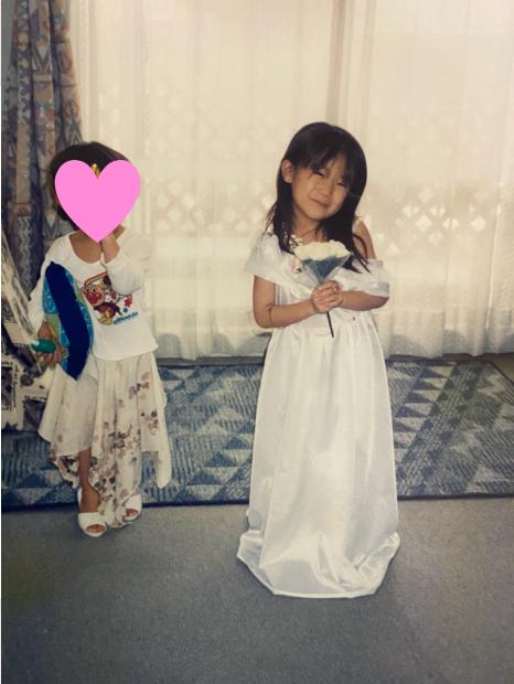 #まなつの成長記録 Episode10【まなったんママコメント💐】可愛いお嫁さんになるのーと白いドレスを着てポーズ。3歳下の弟もすぐに真似したがり、ドレスがないから、手作りのスカートでドレス気分。#秋元真夏2nd写真集#しあわせにしたい📖
