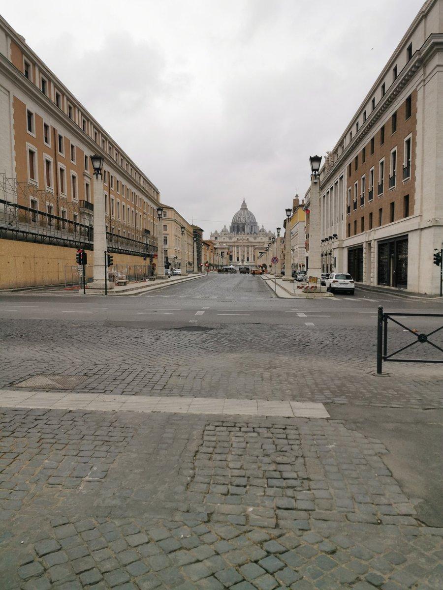 La #SemanaSanta en #Vaticano se transmitirá por @vaticannews_es: -jueves 9. Cena del Señor. 6pm. -viernes 10. Pasión del Señor. 6pm. -viernes 10. Vía Crucis. 9pm.  -sábado 11. Vigilia Pascual. 9pm. -domingo 12. Pascua. 11am. Tiempo de Roma. pic.twitter.com/5GwYR2GptL