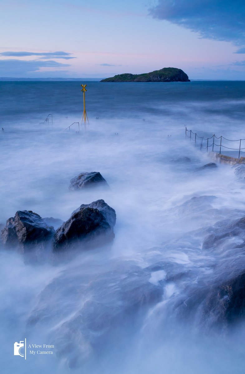 A lovely evening (last year) taking in the #waves at #NorthBerwick Quite windy!  @seabirdcentre @ScotsMagazine @BeingScots @OrdnanceSurvey @nature_scot @Scottish_Banner @goeastlothian @VisitScotland #YCW2020  #sea #eastlothian #coast #coastline #longexposure #sunset #scotlandpic.twitter.com/trnt2WVt7t
