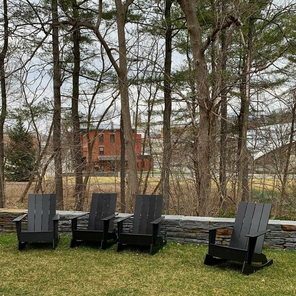 Morning waddle, 4/9/20. #emptychairs @thewilliamsinn (with empty #springstreet beyond) #williamstown #nofilter #morningwaddle