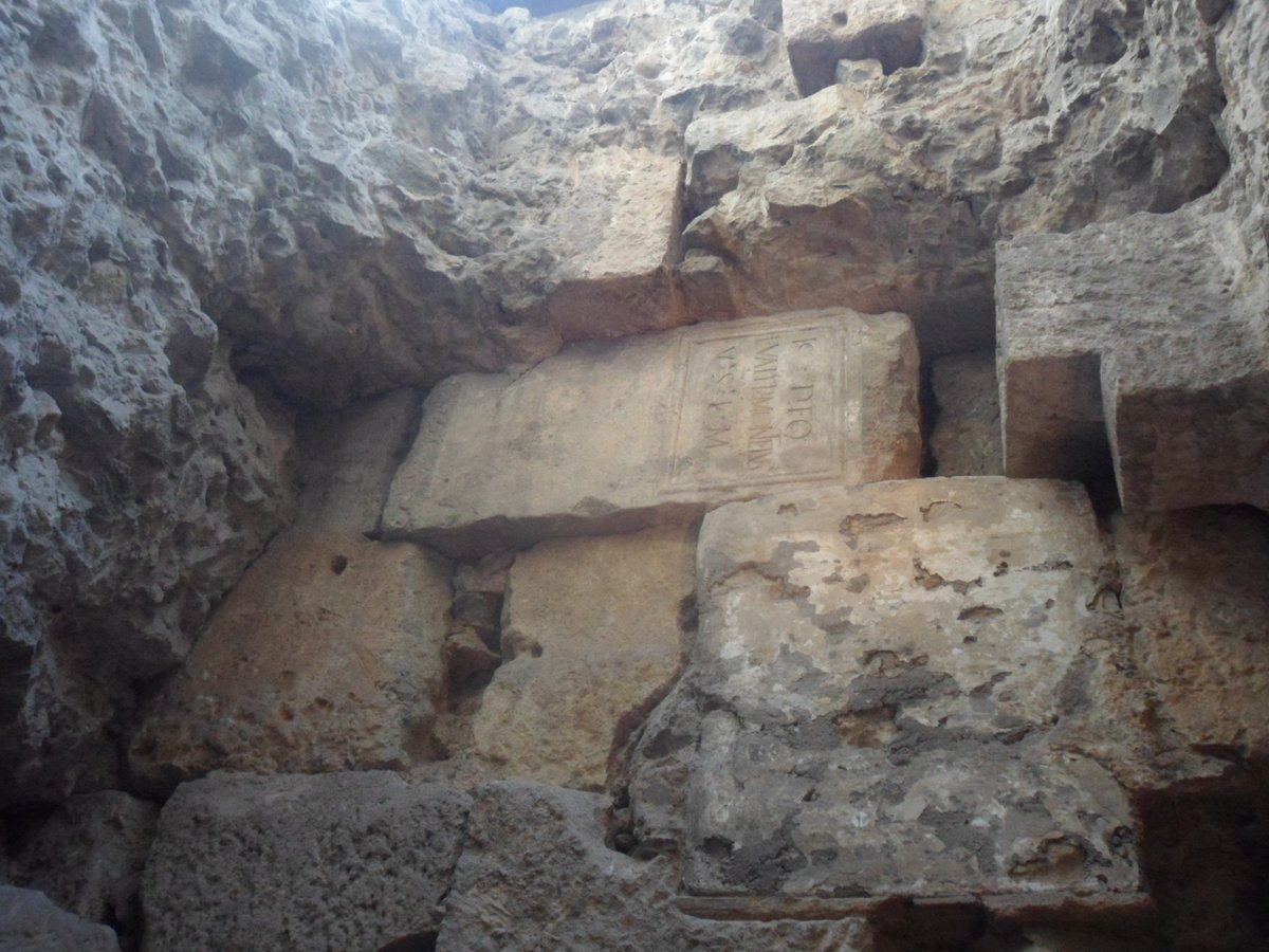 A #Roman votive altar reused in the wall of medieval #Barcelona, now below the ground-level of the modern city.  It was dedicated by someone named Lucius Valerius Monteius to Kautes (part of the Mithraic cult) in fulfilment of an earlier vow - his prayers having been answered. pic.twitter.com/2skWwzSnxl