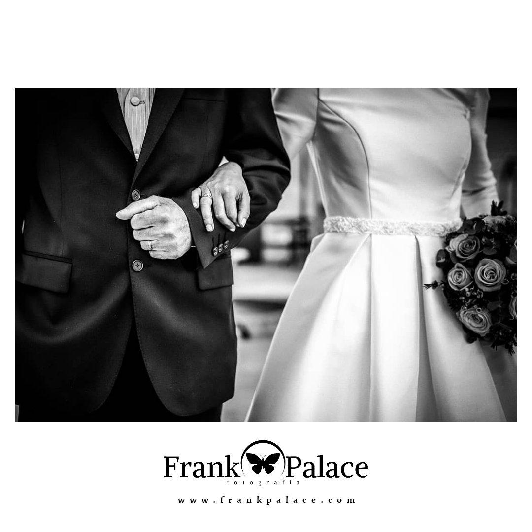 Un momento importante para todos los padres, acompañar a su hija al altar.  #frankpalace #fotografodeboda #bodas #boda #castellon #wedding #party #weddingparty #celebration #bride #happy