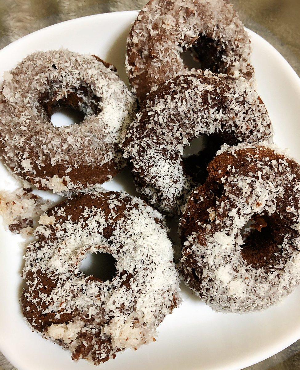 簡単!焼きドーナッツ☆チョコ&ココナッツ by さきどら☆  #cookpadシリコンだからか型外れがあまり良くなくてボロボロに😭味自体も…こだわっているけど、うーん?違うレシピのが美味しいかな?ってなったかな?にしてもすごい甘かった笑!グレースの分量難しい!