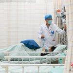 Image for the Tweet beginning: 4月9日,在安徽醫科大學第一附屬醫院高新院區,安徽省第四批援鄂醫療隊隊員在結束隔離和休整期後返崗。當天是他們返崗的第一天,醫護人員又開始了忙碌的工作。