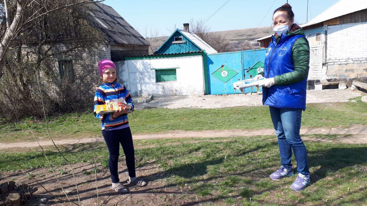During #COVID19, fear and isolation is loosing out to small acts of kindness around the 🌍 Thanks to @UnileverUkraine, @Lipton tea is being donated by @UNHCRUkraine's partner @MissionProliska to conflict affected villagers in east Ukraine! The tea is making them smile today 🙂🍵 https://t.co/YYbhrvTCKi https://t.co/59t5xp6icR