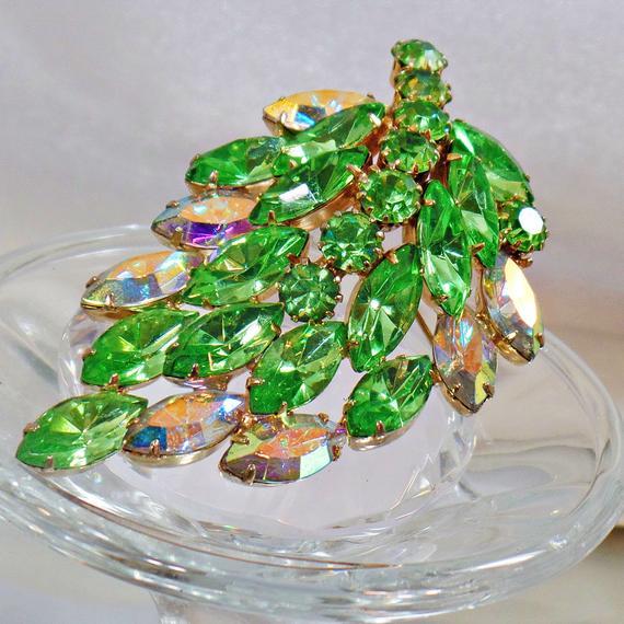 Juliana Brooch. D&E Brooch. Green Peridot Delizza and Elster Brooch. Rhinestone Brooch. #Vintage Brooch. Brides. #Jewelry for Women. waalaa #antique #shopping #jewellery #gifts #wedding #etsy