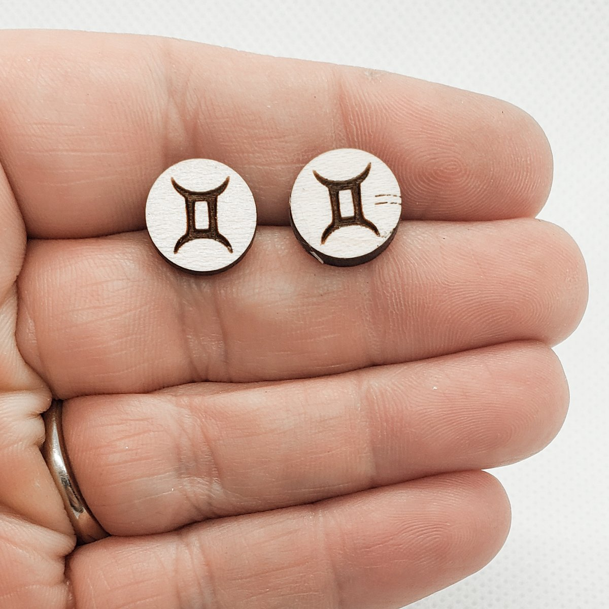 These Gemini earrings the #EOTD in my #etsy shop.   https://www.etsy.com/listing/791199271/zodiac-earrings-zodiac-stud-earrings?ref=shop_home_active_1 …  Use the code HCDSOCIAL and get 25% off your entire purchase of these and any of the fun items through the link above.  #gemini #geminiearringspic.twitter.com/Iqpperi7Fu
