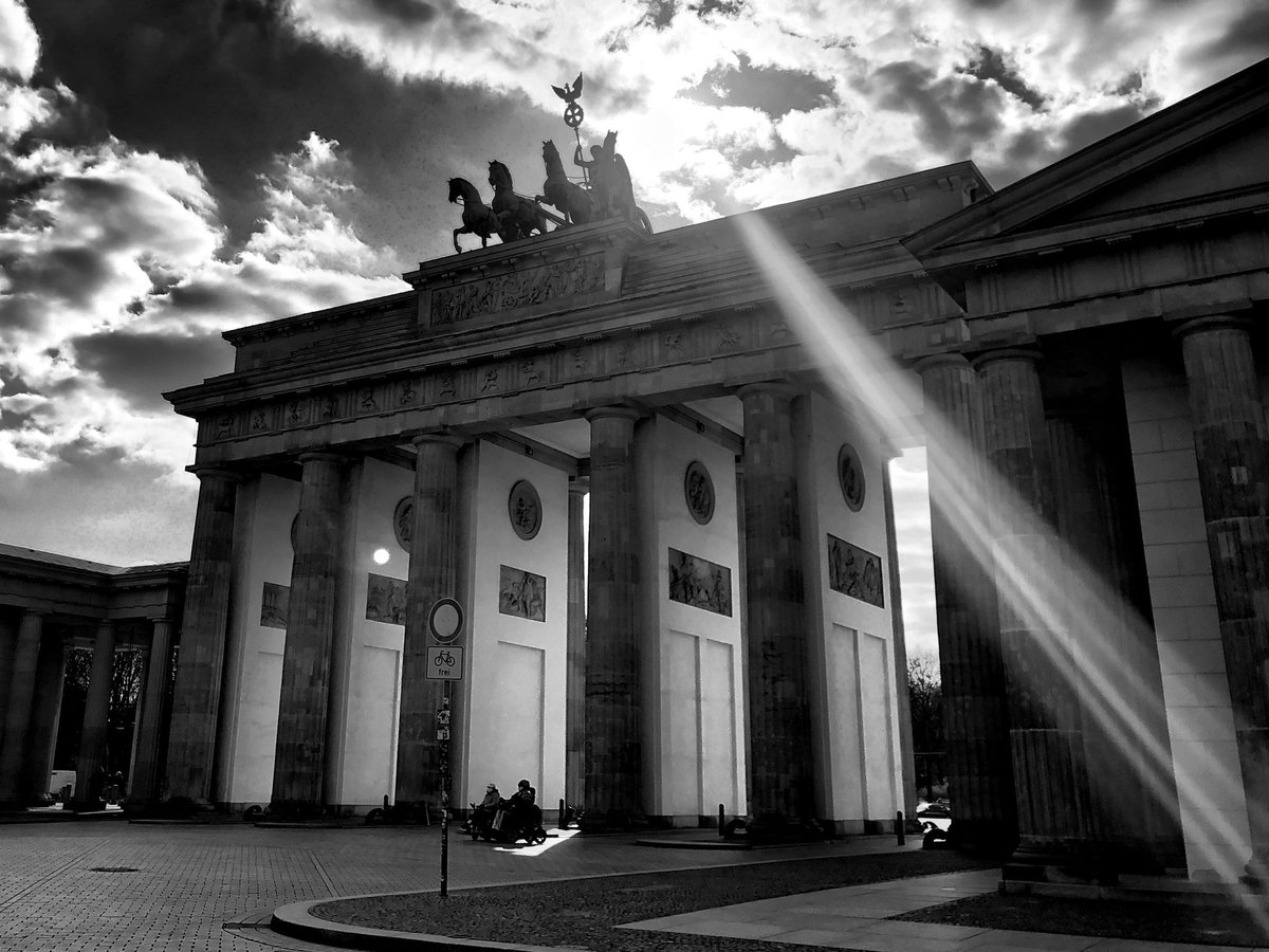 Sometimes it doesn't take much to recognize a little ray of hope  #berlin #photography #photo #blackandwhite #monochromepic.twitter.com/RzkEd664TP