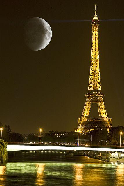 Good night #photos #night #moonlight #Parispic.twitter.com/d3dRQflOXY