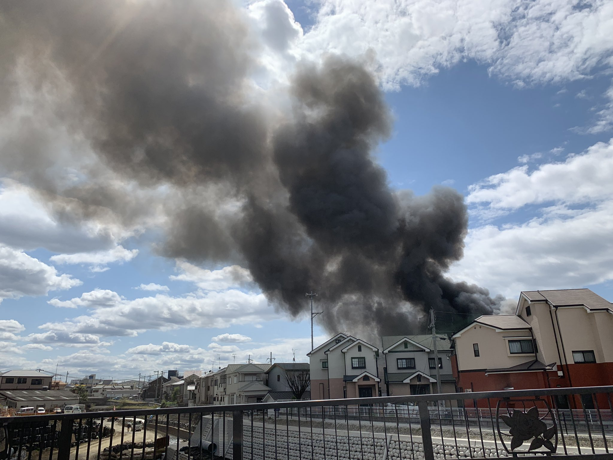 岸和田市西大路町の建物で火事が起きている画像