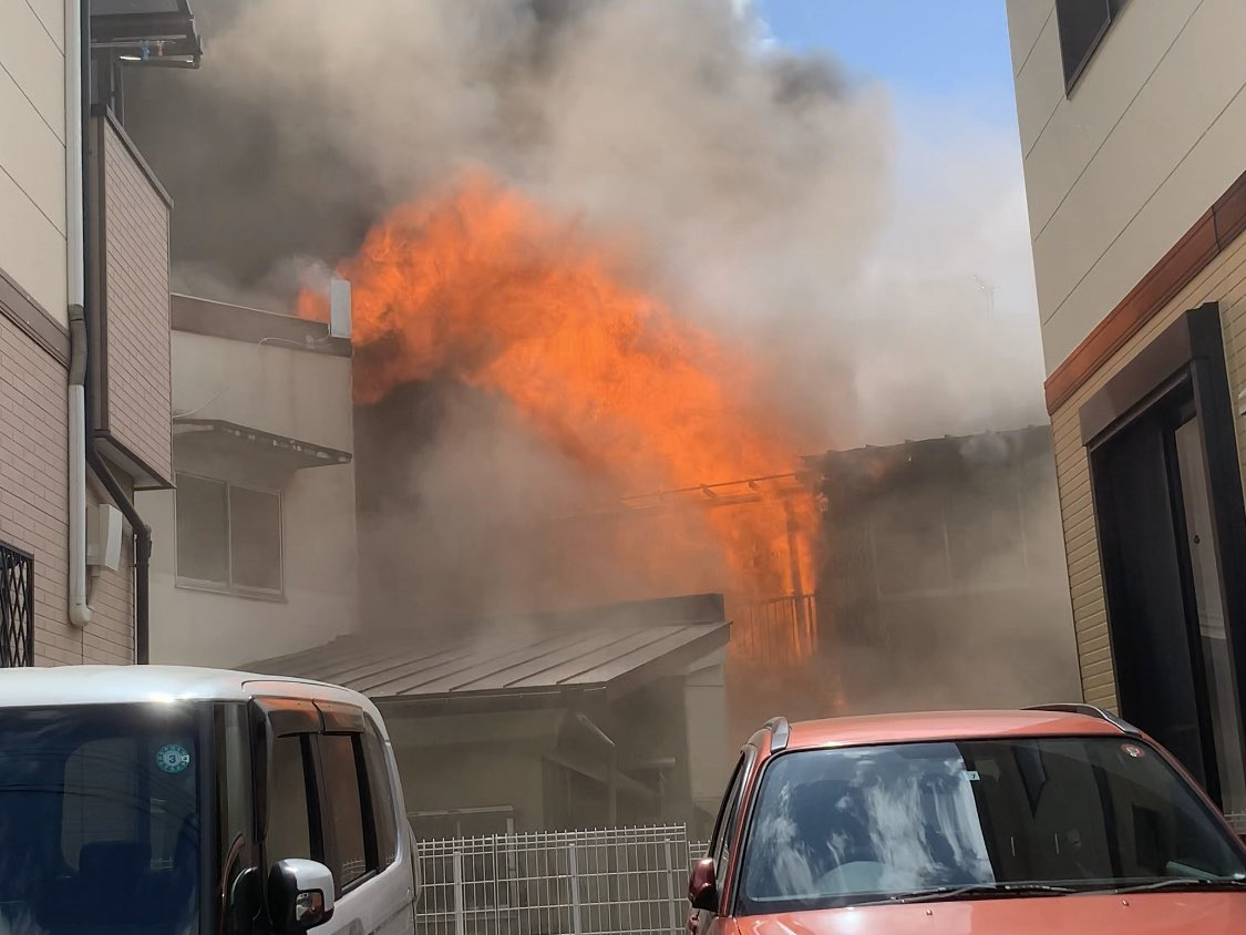 岸和田市の火災で火柱を上げ燃えている画像
