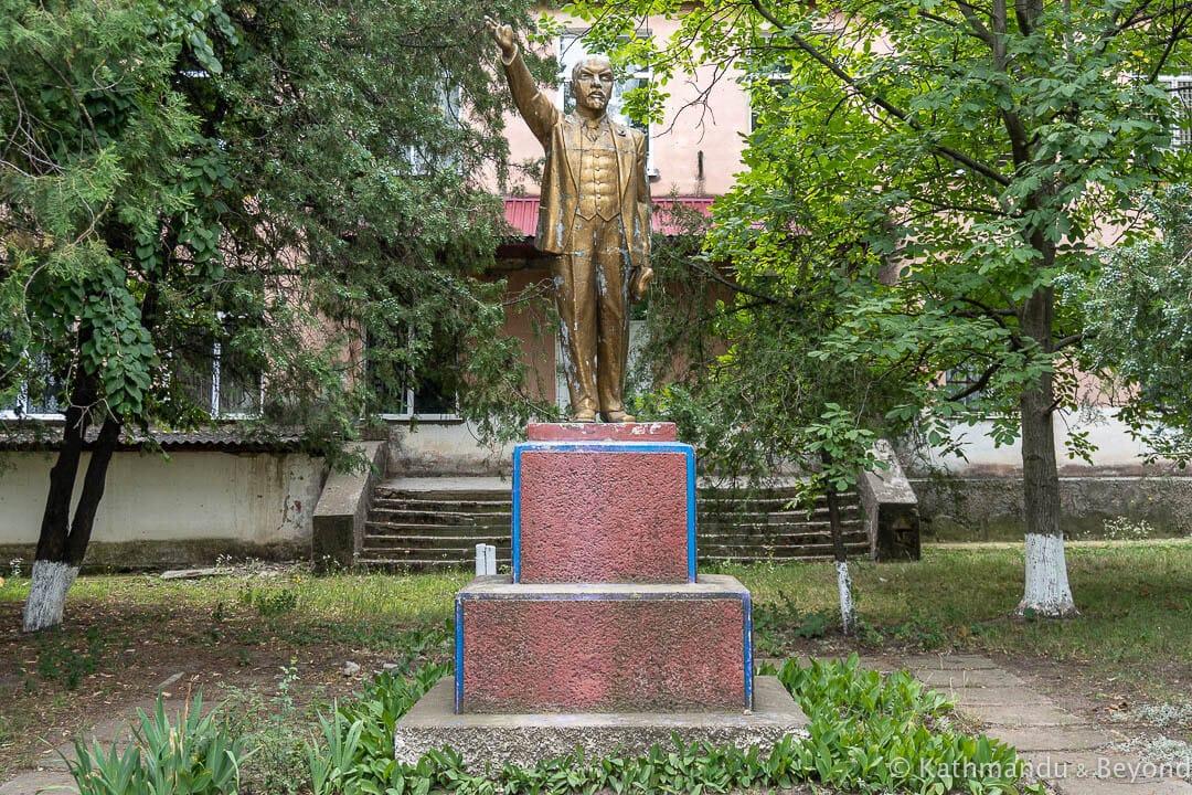 #Photo: Monument to Vladimir Lenin inSucleia, #Transnistria #travel #sovietmonument  via @KathmanduBeyond