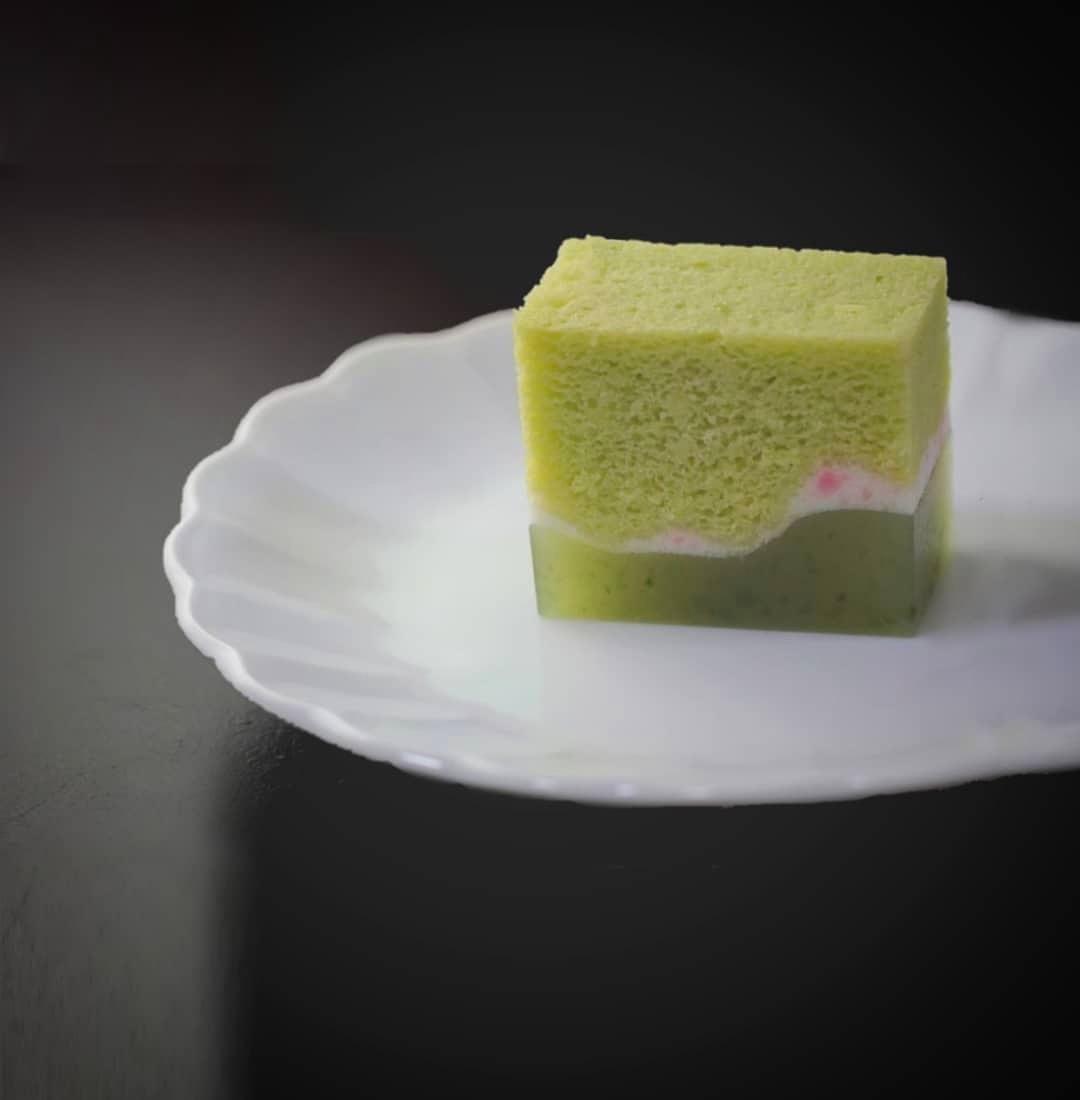 こんな時ですが和菓子作ることしかできないので、できる事を精一杯頑張ります☆和菓子で笑顔を✨今日のお菓子は『春日野』浮島という餡を使った蒸しカステラのような生地と蓬入りの羊羹の流し合わせです🌿