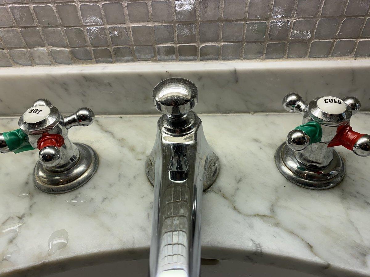 外から戻って来たら赤いところを持って水を出し、手を洗ったら緑のところを持って栓を閉めることになった我が家。