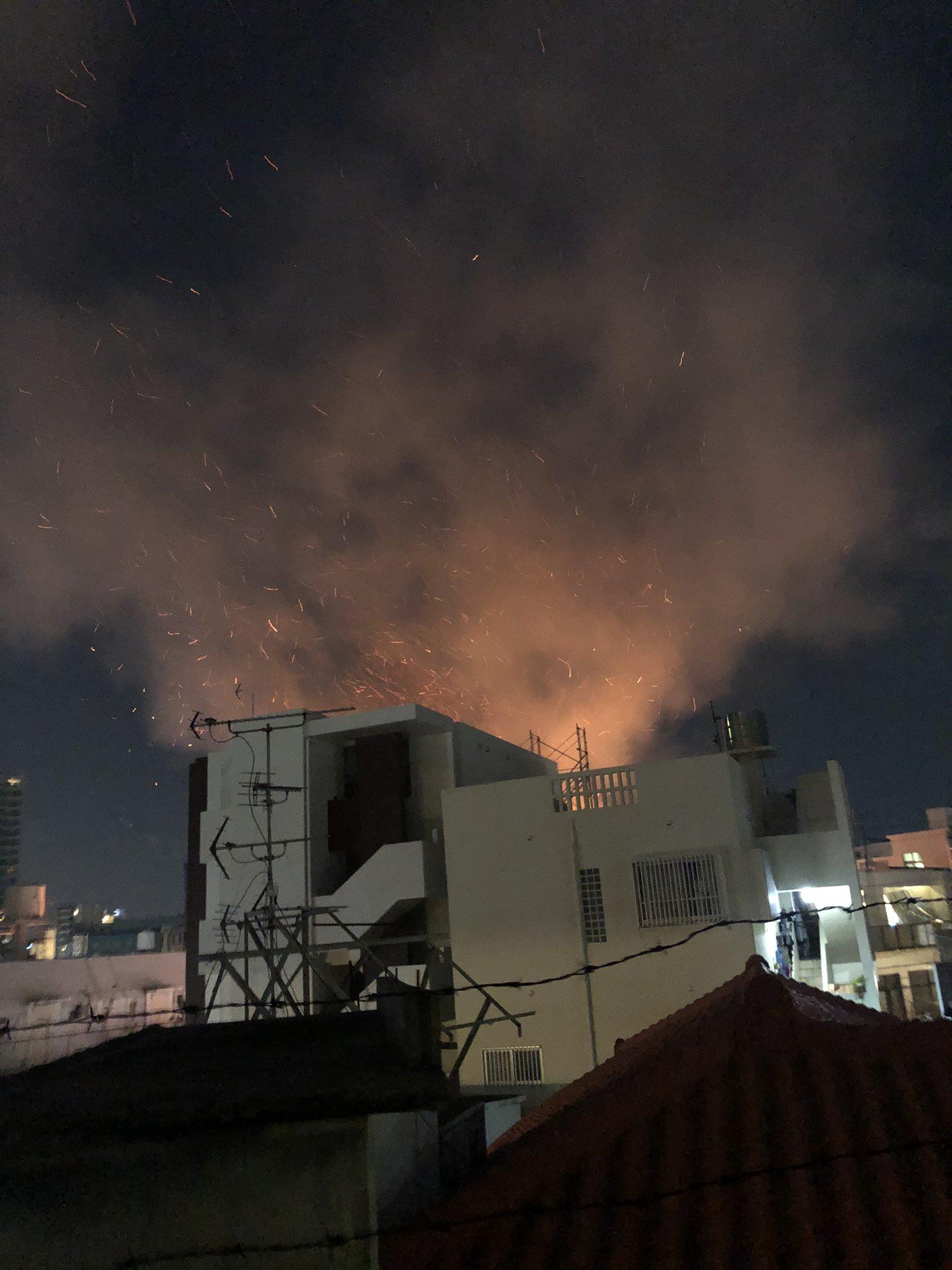 那覇市の住宅火災で火の粉が飛び散っている画像