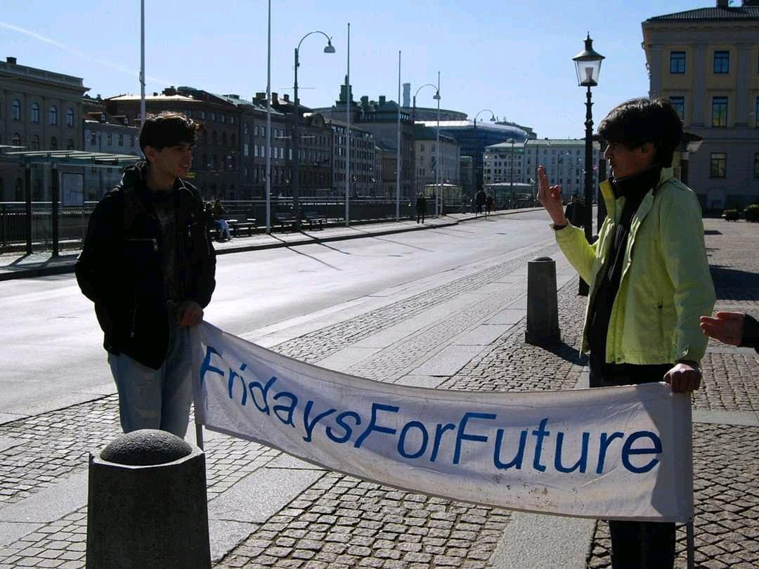 Dagens #FridaysForFuture #klimatstrejk på Gustaf Adolfs torg - som kompletteras av våra online-aktivister! Ta hand om er och om planeten! 💙💚💙 #ClimateStrikeOnline @KlimatsamlGbg @FFF_Sweden