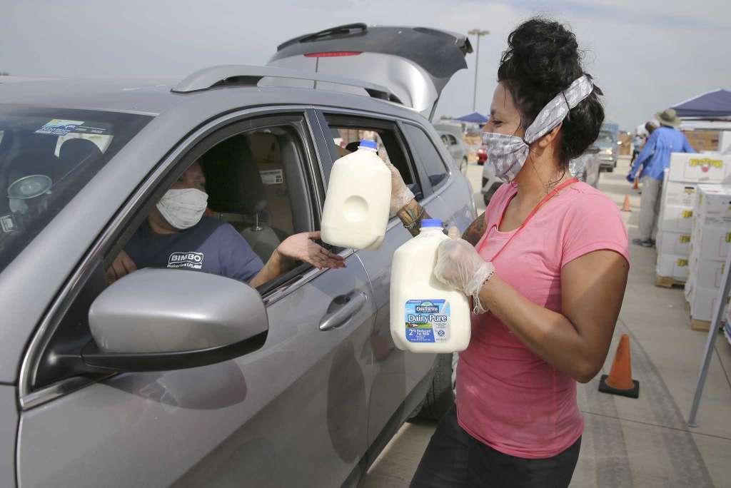 """آلاف الأسر تنتظر دورها أمام بنك الطعام """"#سان_أنطونيو"""" في ولاية #تكساس الأميركية في ظل تداعيات فيروس #كورونا   انظروا كم عدد السيارات المهولة التي تنتظر في طوابير طويلة أمام بنك الطعام المجاني في ولاية تكساس (كما في غيرها) أحيانا ينتظر الشخص خمس ساعات للحصول على طعامه https://t.co/2z7zEZJGVV"""