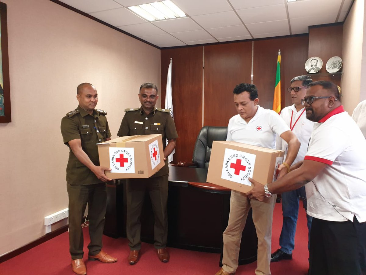 Today, The Sri Lanka Red Cross Society handed over Personal Protective Equipment (PPE) Kits and N95 Masks to the All Island Public Health Inspectors Association in support of COVID-19 response in Sri Lanka.   #COVID19SL #coronavirus #SLRedCross #HealingHeroes https://t.co/ybFDgk1XfA