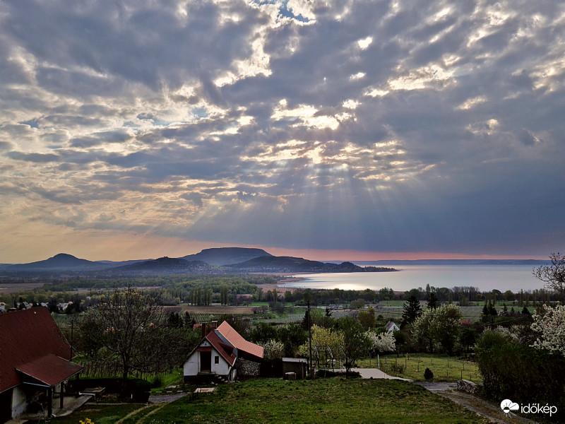 Marad a napos, tavaszi idő, napközben a még felhős tájakon is előbújik a nap.🌤🌷 👉 Fotók: Sárközi Georgina, Szaszki Tamás