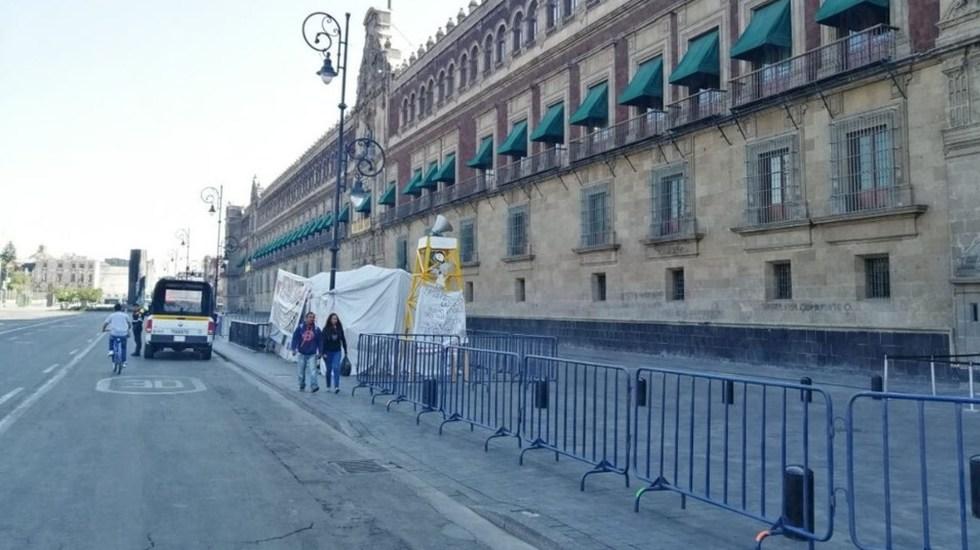 Cercan Palacio Nacional por coronavirus con vallas metálicas