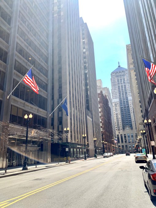 #Chicagolockdown #FlagDesk #Flagpoles flying #Flags for no one to see. # LaSalleSt. @ #Monroe St to #Adams Streets #BMOHarris #CBRE #USBANK https://t.co/VH69rGkvjR