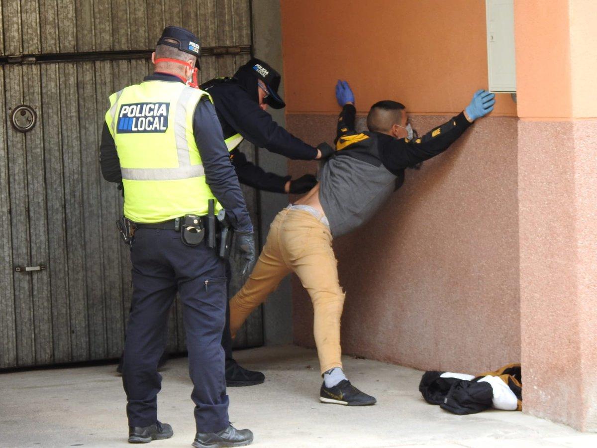 """Julio Bastida Twitterren: """"No seamos cortos. Para nada critico la actuación  policial. Todo lo contrario. Nadie le dijo a ese pájaro que se pusiera así.  La Policía Local de Andratx es una"""