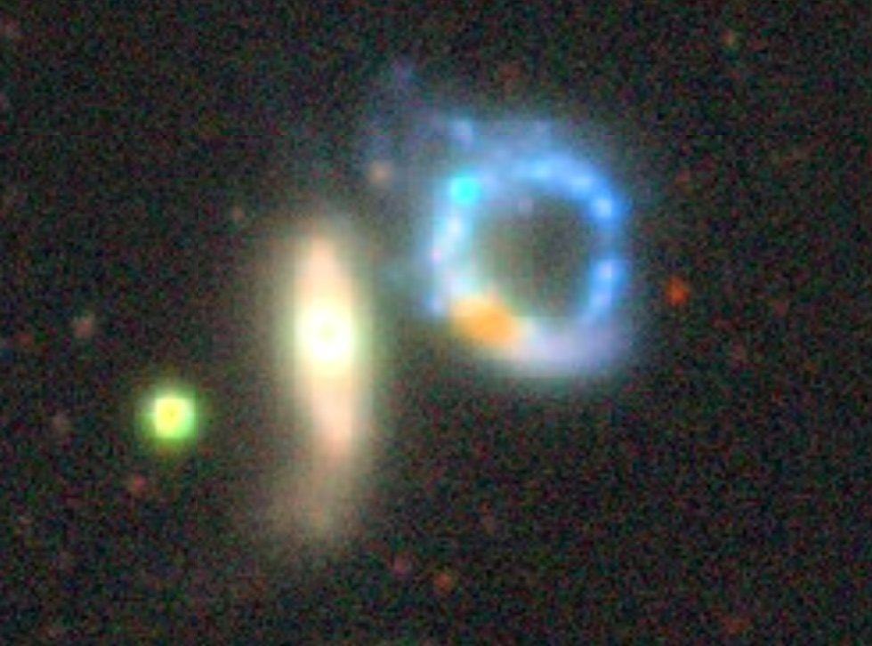 Happy Easter! ✨🥚🐰 So heres a galaxy that I recently re-discovered in the @desisurvey Sky Viewer (left), which turned out to be Apr 147 (right is as viewed by @NASAHubble). P.S. It was also on @apod in 2008 (apod.nasa.gov/apod/ap081104.…)