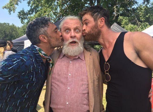 Taika Waititi, Anthony Hopkins, and Chris Hemsworth on the set of #ThorRagnarok!  #TaikaWaititi #AnthonyHopkins #ChrisHemsworth #MarvelStudios #thorpic.twitter.com/J0wR2G7RyR