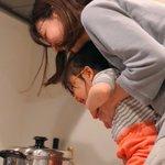 幸せな家庭・ポップコーンを作ってはしゃいでいる可愛い親子!