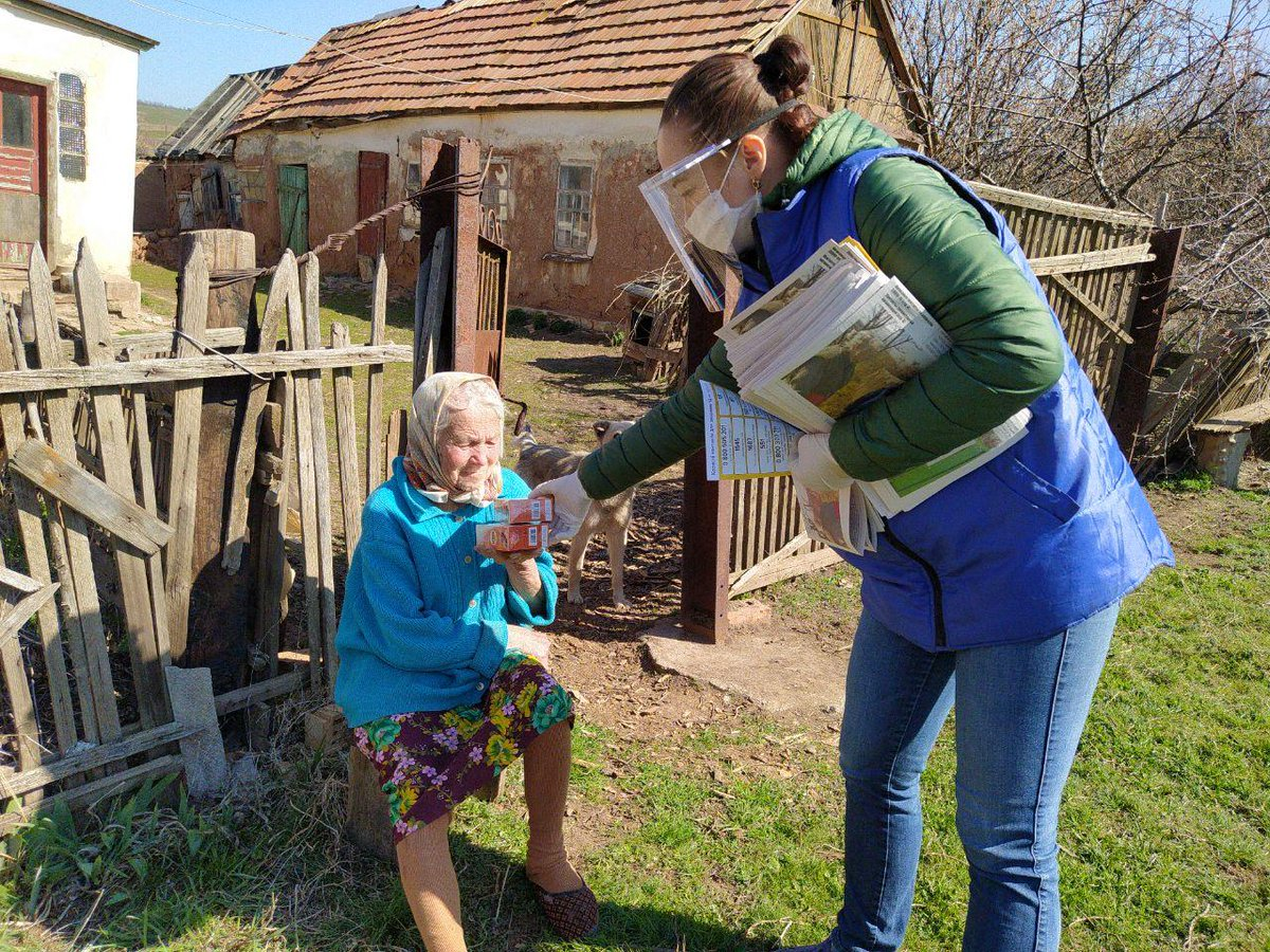 In east #Ukraine 🇺🇦, @UNHCRUkraine  🇺🇳 continues to provide conflict affected elderly persons with information on #COVID19 prevention as well as @Lipton tea kindly donated by @UnileverUkraine to our NGO partner @MissionProliska. Thanks again @Unilever for your support 🍵☕️🙆🙆♂️ https://t.co/gYp0pZLt9q