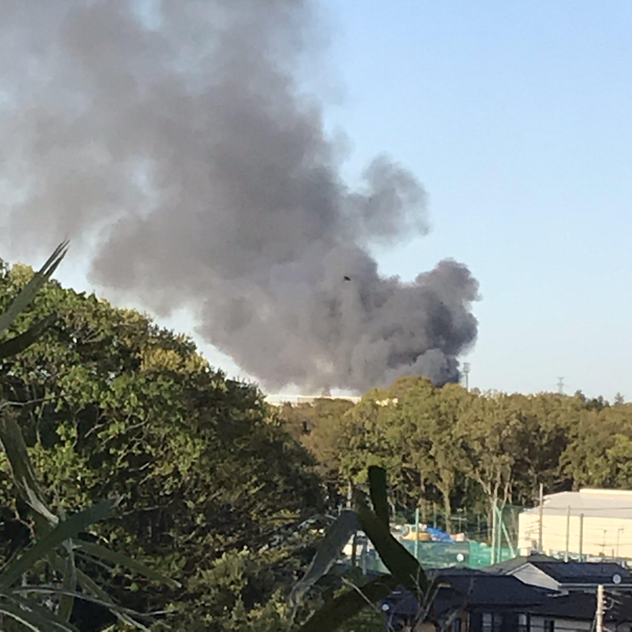 横浜市瀬谷区の資材置き場の火災現場から黒煙が立ち上っている画像