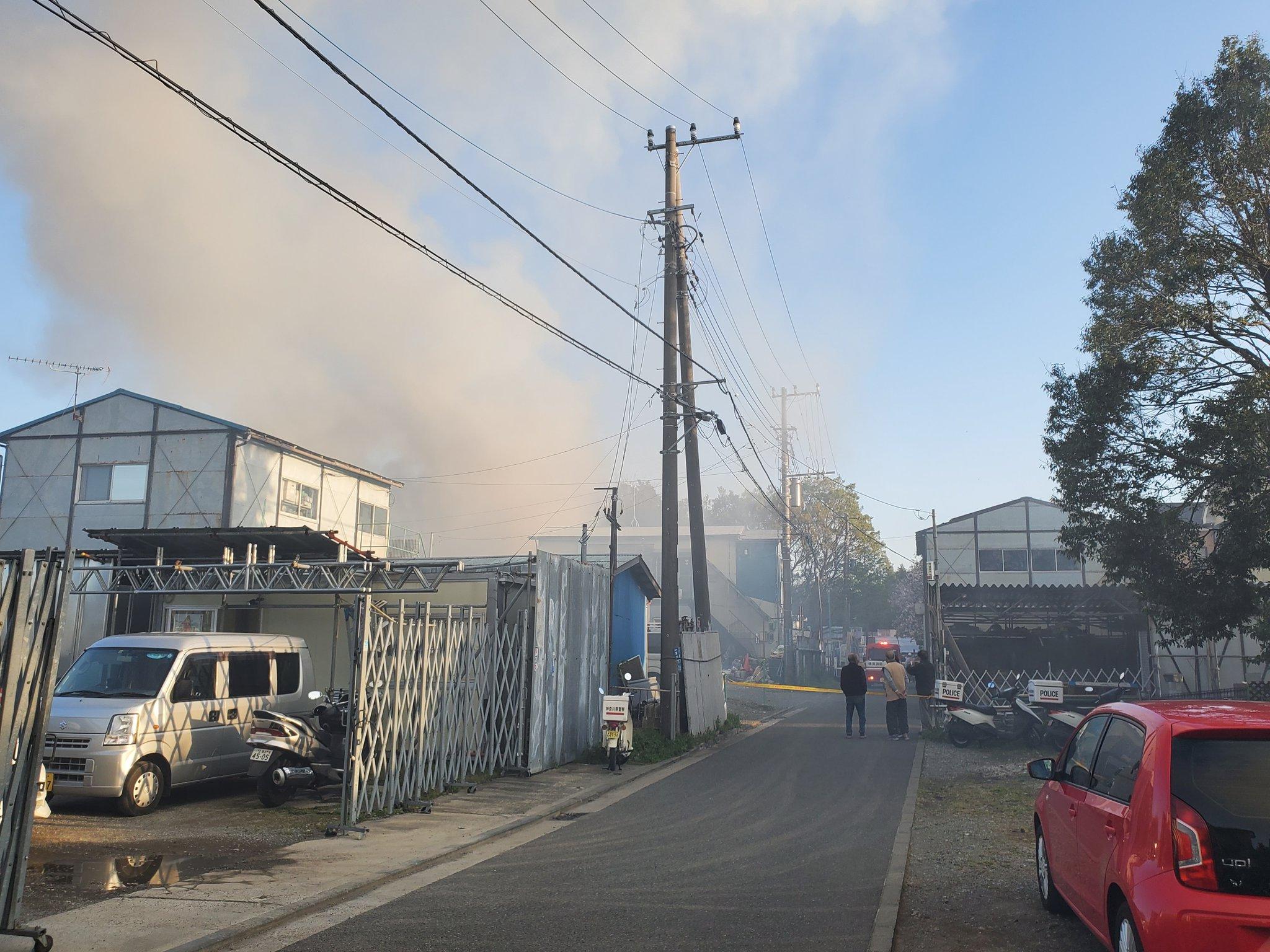 横浜市瀬谷区宮沢の資材置き場で火事が起きている画像