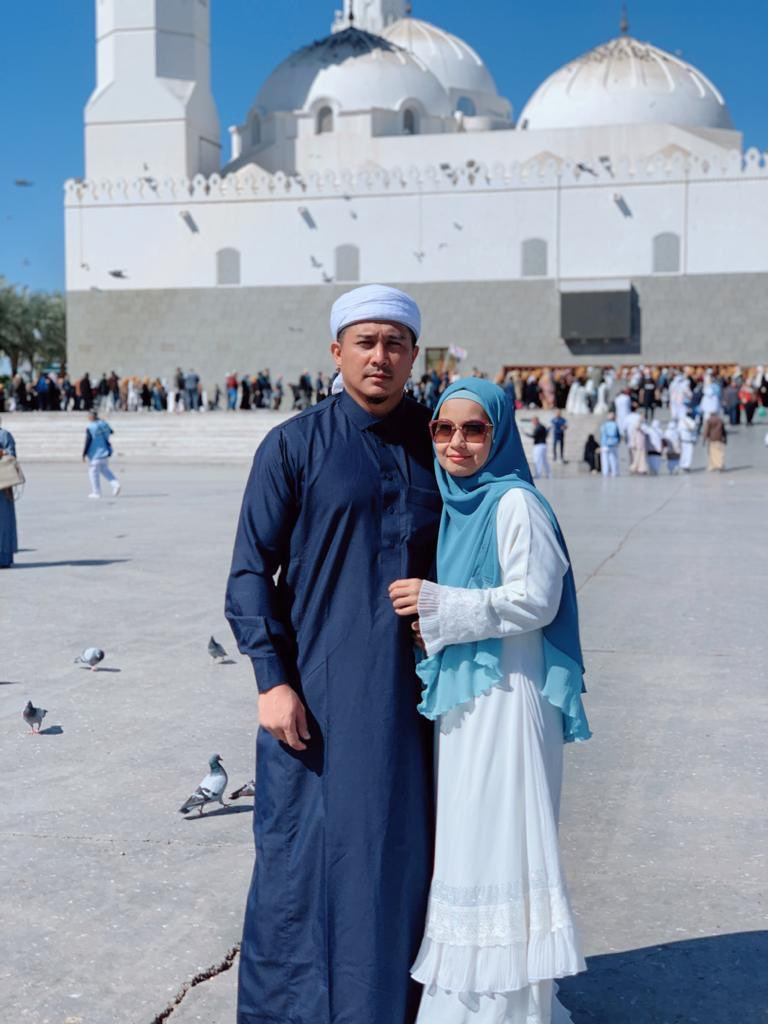 Thank you ALLAH for giving a roof over our heads. Food on the table. Kesihatan yg Baik. Dapat lihat anak anak Dan Isteri senyum. And a loving wife who would do anything for her Happy Birthday Dar. You are my nikmat from ALLAH AZZA WAJALLA. I pray that ALLAH will be happy with us. https://t.co/gM9MVOQpIa