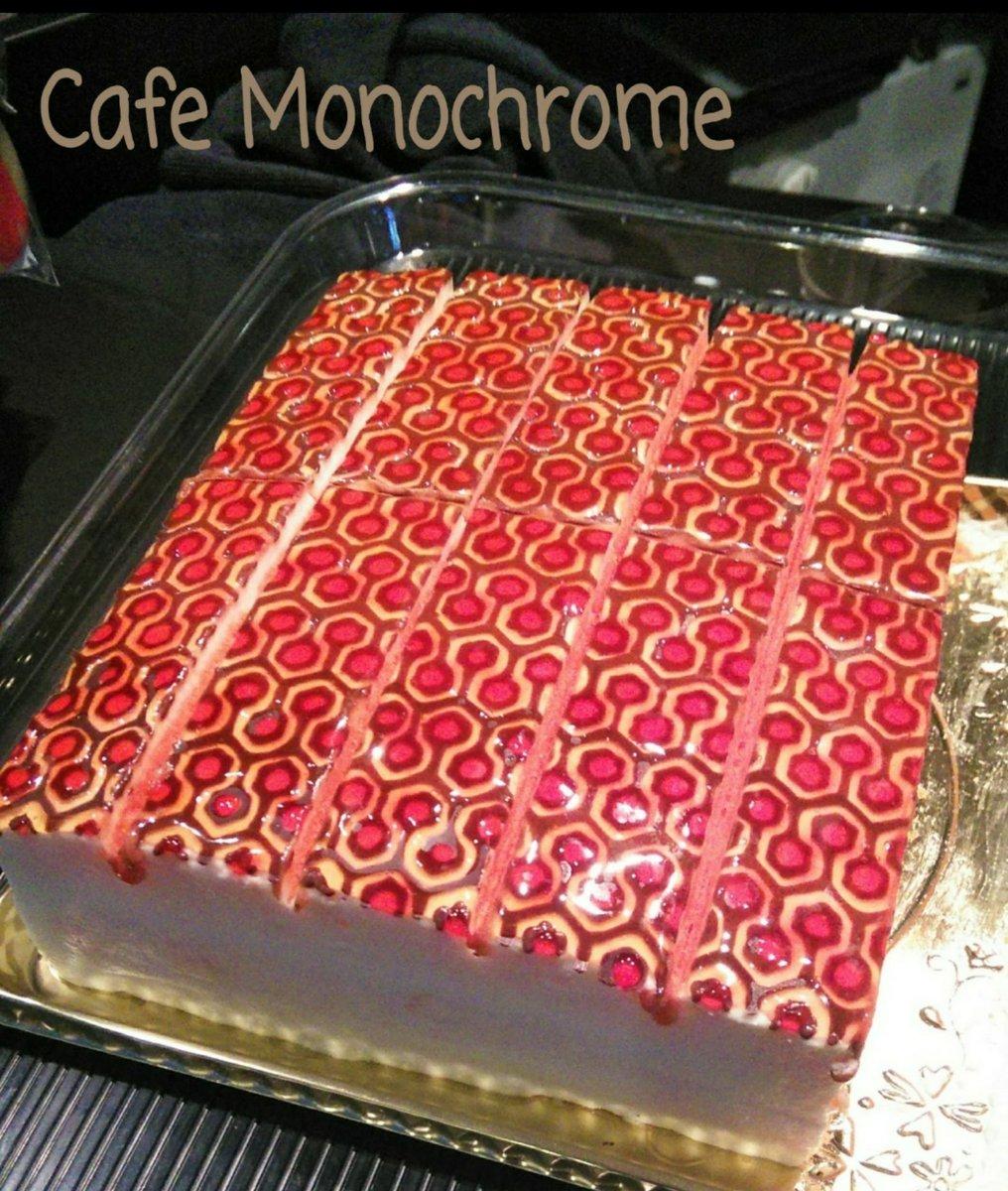 "@cafemonochrome  #MonochromeDay Over Look Cakeの全貌は絨毯模様もさることながら、側面にしたたる血のようなホラー感が光る!!  お店でいただいたときの写真を探してみたら、ベルク郎さん&ヘテさん @bellkuro @tenaga_axinaga 出版の ""TWIN PEAKS Zine""が一緒に!!  この頃だったんね(〃∇〃)pic.twitter.com/cgpIrdHH77"