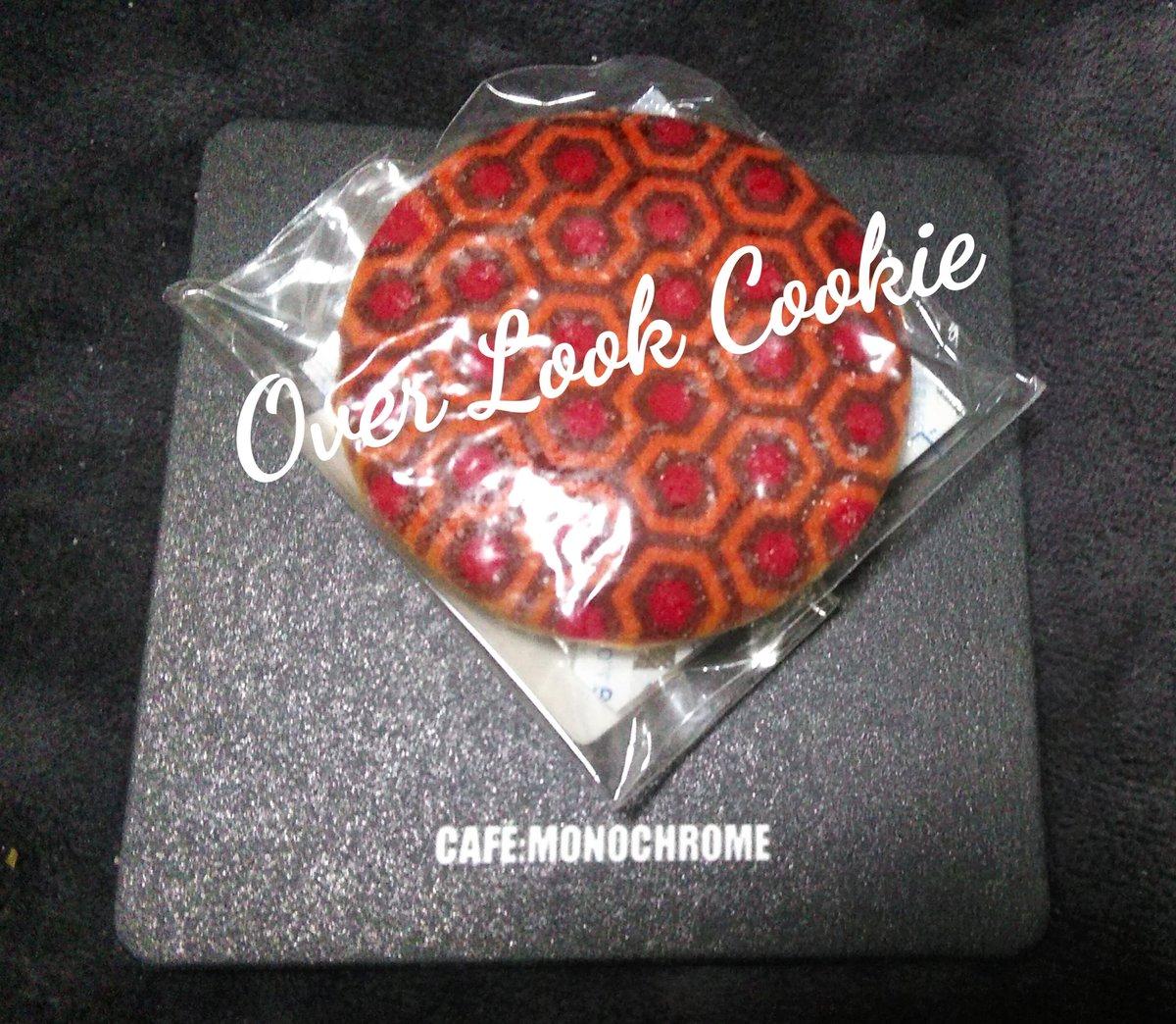 """@cafemonochrome  #MonochromeDay キューブリッククッキー どれもデザインがクール!!  まだ全編観てるのはシャイニングのみ…とゆー""""常連を名乗れるのか?!""""状態の私ですが…(笑)  クッキーはその唯一観てる Over Look デザインのヤツは 大切にとってあります♪ pic.twitter.com/xJ2hRj1Y4z"""