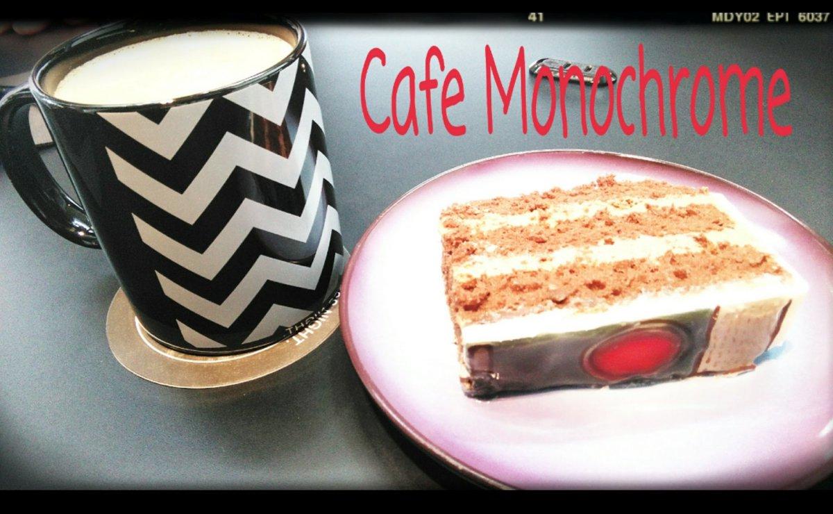 """@cafemonochrome  #MonochromeDay """"Cake9000""""←Menu Name  頭の中でHAL CAKEになってました(笑)  当時2001年のHALを知らず(←をぃ!!)「このデザインは何ですかぁ?!」と聞いてしまったのを覚えている  知らないけど とりあえず食べる(笑) pic.twitter.com/2vNl7mY5JH"""