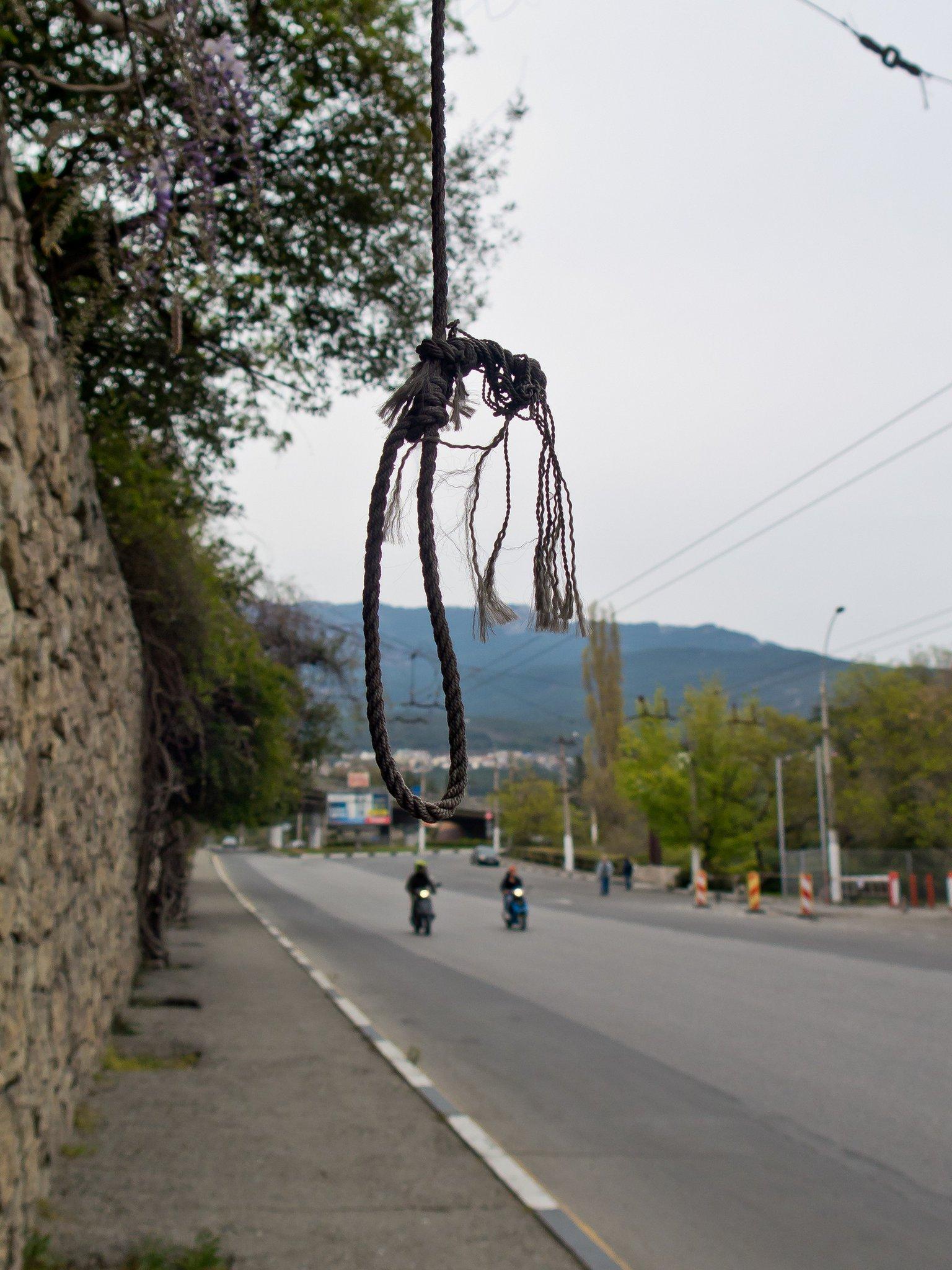 фото возле зениток на въезде в крым