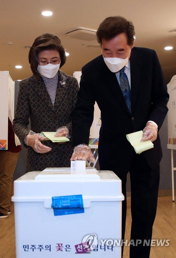 아내와 함께 투표했습니다. 교남동 제3투표소. 원하는 후보를 뽑으려면 투표해야 합니다. 모두 투표해 주시기 바랍니다. (사진=연합뉴스) https://t.co/r16yBzsRJe