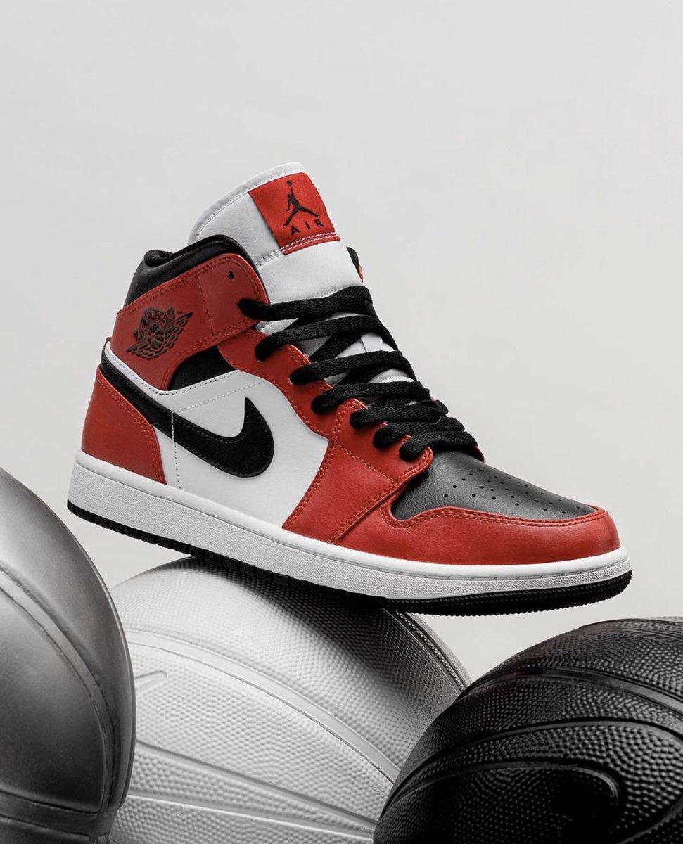 Jordan 1 Mid 'Chicago Black Toe