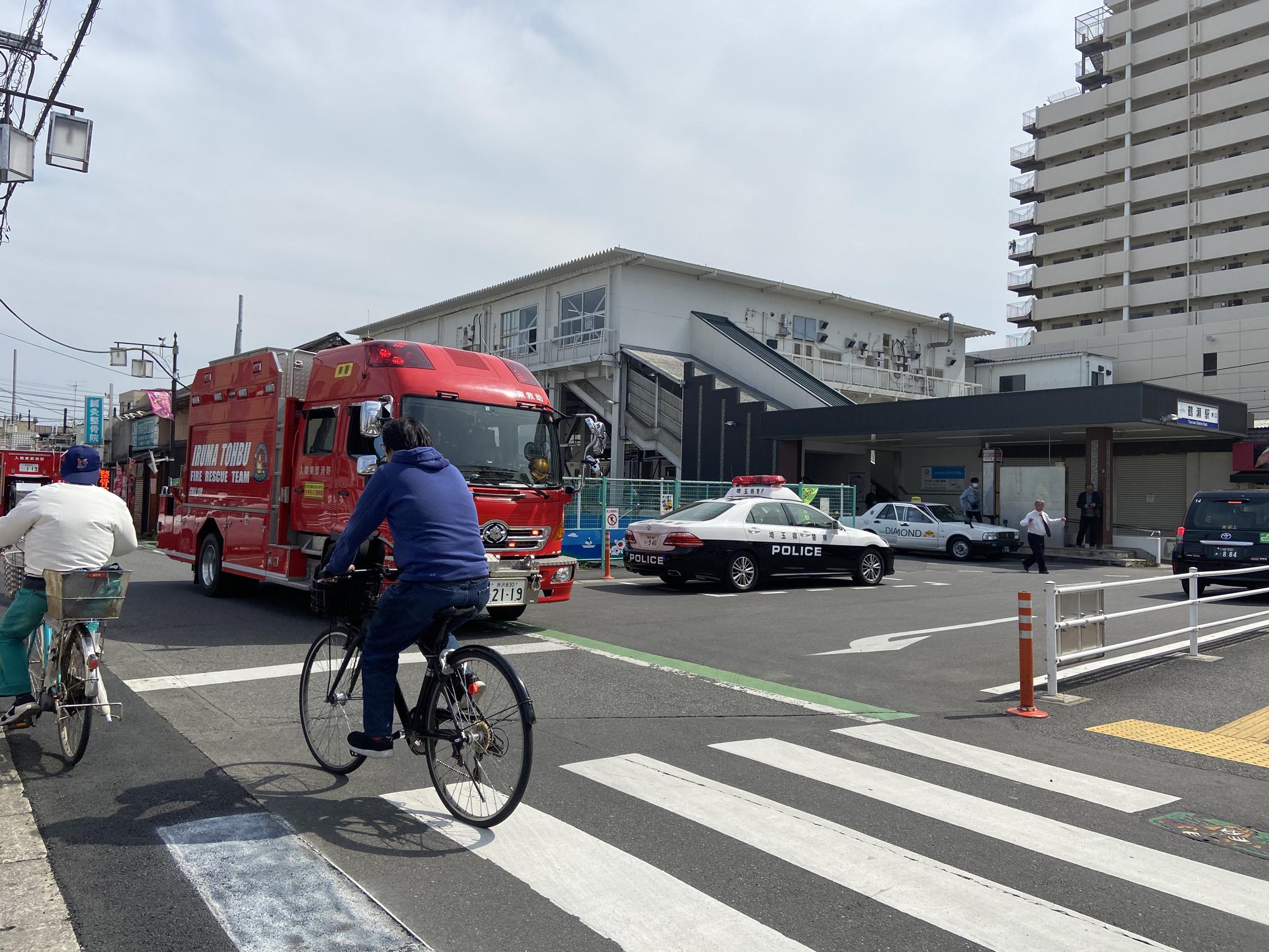 東武東上線の鶴瀬駅に緊急車両が集結している画像