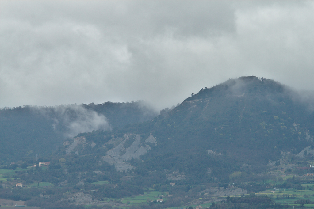 1 abril: #Núvols baixos sobre la Creu de #Gurb. Porten la #pluja tan necessària per recarregar #aqüífers, a #Osona altament contaminats pels #purins de la indústria ramadera. #FotosConfinament #JoEmQuedoACasa #Confinament #fotografia #photography #natura #nature #Folgueroles https://t.co/QXNXXHsLdl