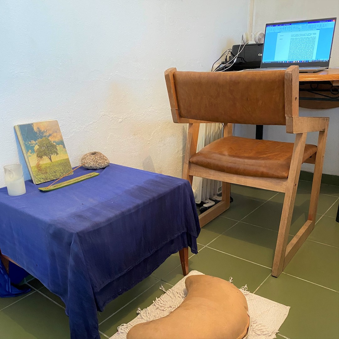 #lockdown means you can concentrate on your #phdthesis, which is exactly how @MarcoCustodi is finishing his in #aveiro. And a morning meditation is a must before sitting at his desk to write as it sets up his mood for deep work! #isolation #phdlife #confinement #meditationpic.twitter.com/ZGQSGLQT76