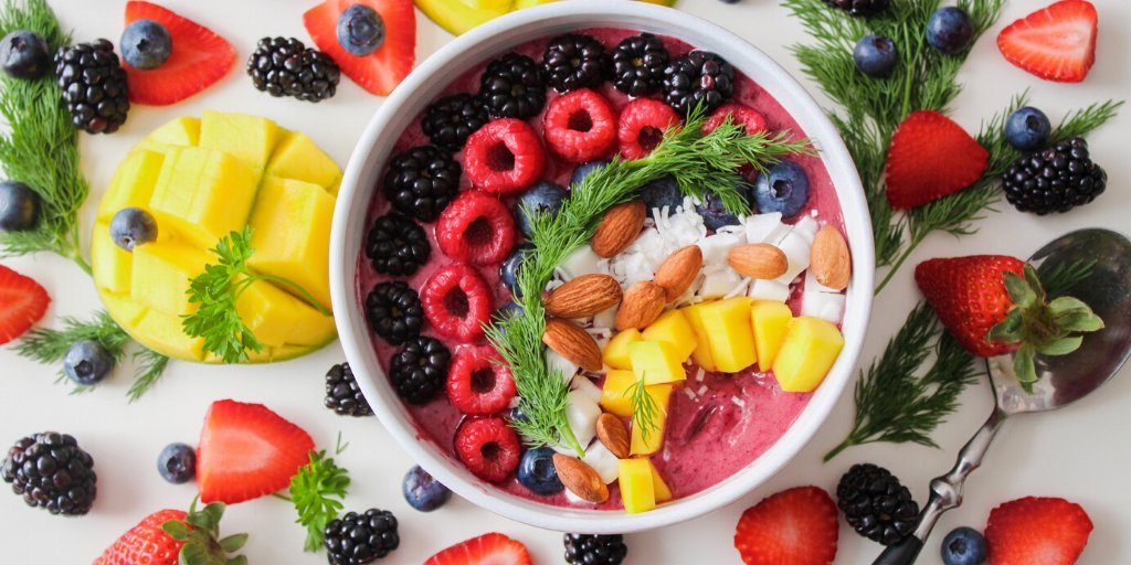 Fresh and delicious breakfast idea!  ▪️Place 1 banana, 6 strawberries, 2 pineapple rings and 1/2 cup milk in a blender ▪️Blend until smooth. Check the texture and add more milk if needed. ▪️Pour smoothie into a bowl and top with your favourite toppings. #Smoothiebowl https://t.co/ATv9aABQIp