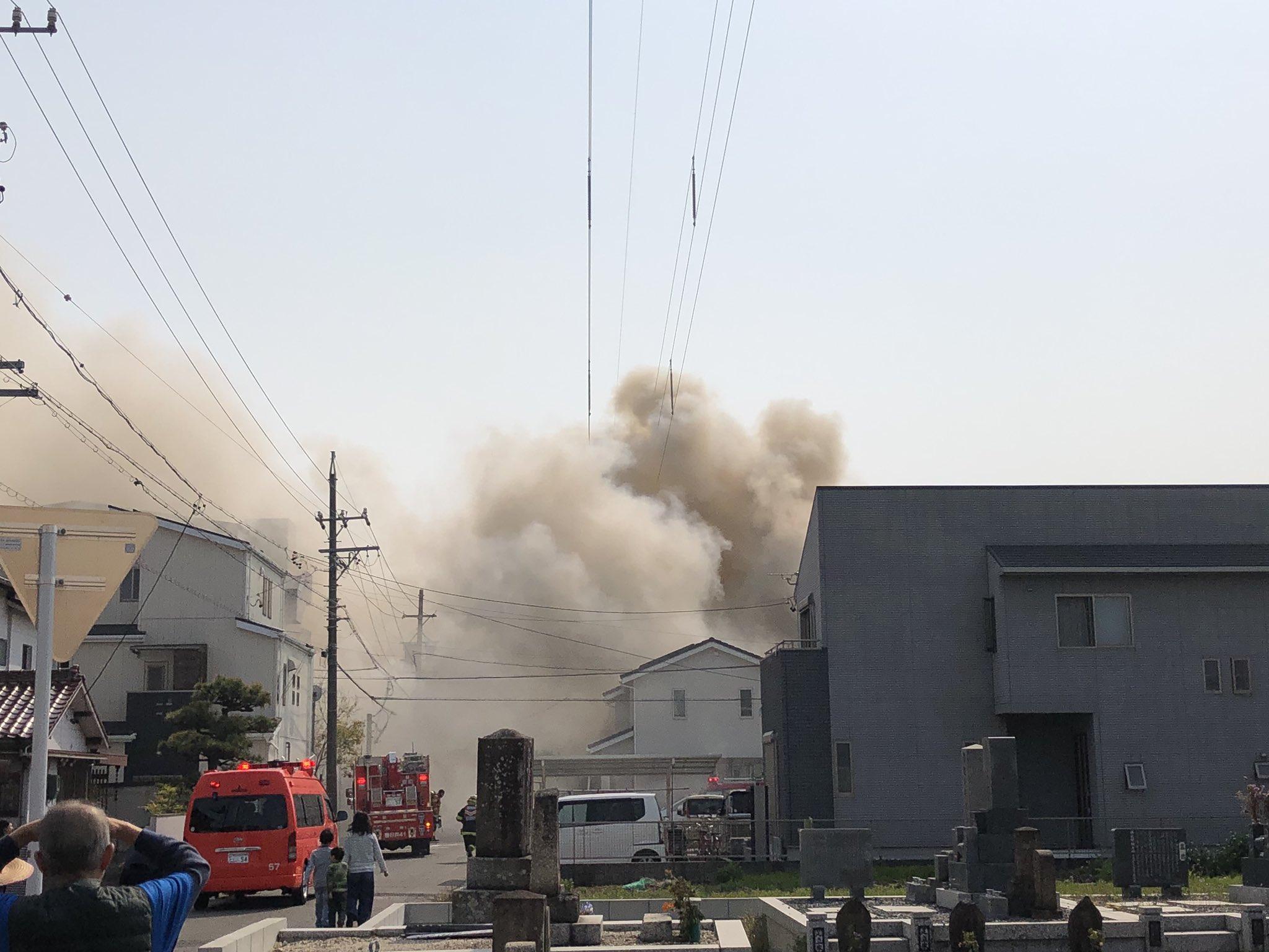 春日井市八幡町の建物で大きな火事が起きている現場の画像